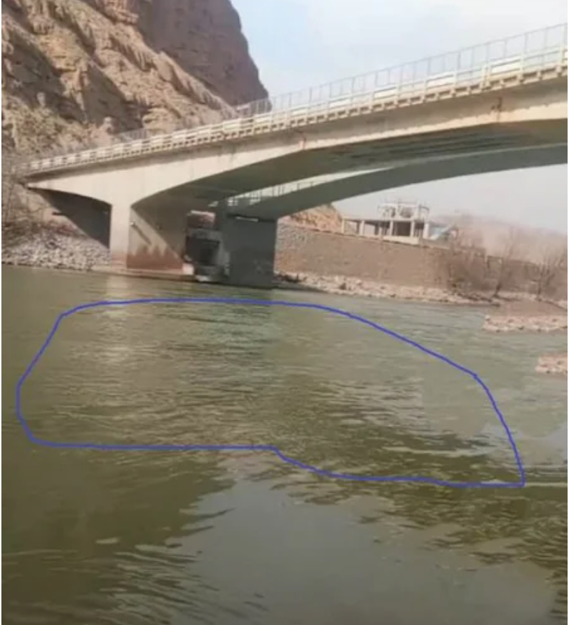 dân chúng phát hiện nước Hoàng Hà, đoạn dưới cầu Đại Kiều xuất hiện hiện tượng nước sông đột nhiên trong chưa từng thấy.