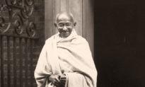 Mahatma Gandhi: Cha đẻ của tư tưởng 'bất bạo động' và 12 câu nói thay đổi cuộc đời