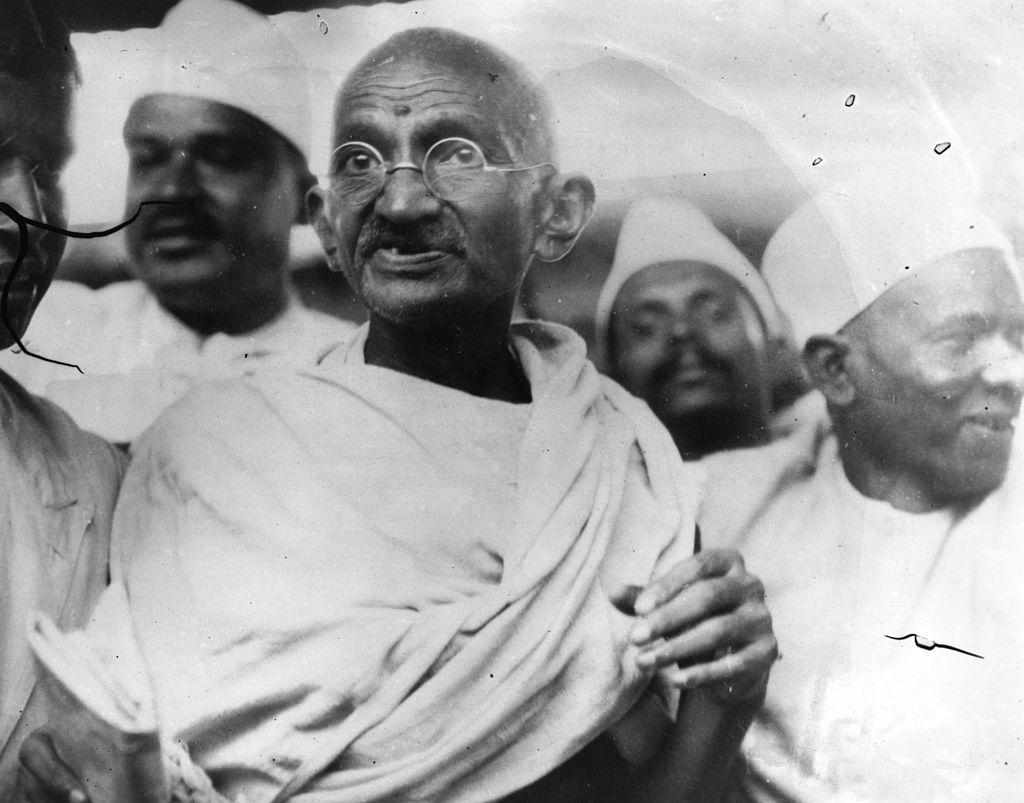Mahatma Gandhi (1869 - 1948), lãnh đạo tinh thần và dân tộc Ấn Độ, lãnh đạo Tháng 3 Muối để phản đối sự độc quyền của chính phủ trong sản xuất muối. (Getty)