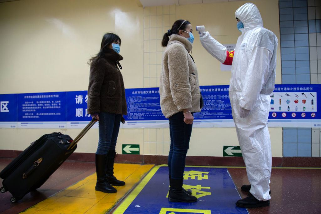 COVID-19: Quét thân nhiệt và giữ vệ sinh quá sạch không có hiệu quả trong phòng dịch