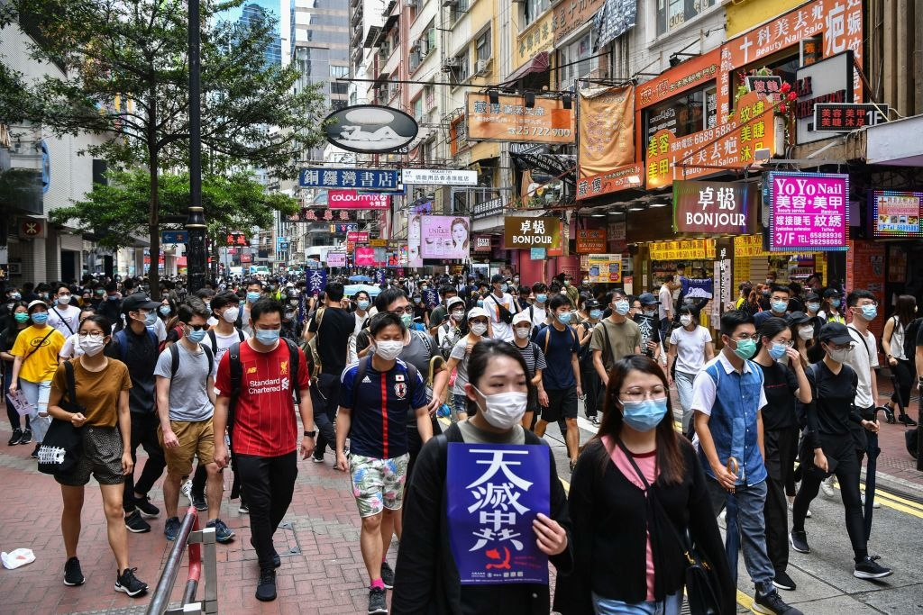 Người biểu tình đi trên đường phản đối luật an ninh quốc gia của Trung Quốc áp đặt lên Hồng Kông ngày 24/5/2020.(Ảnh: ANTHONY WALLACE/AFP via Getty Images)