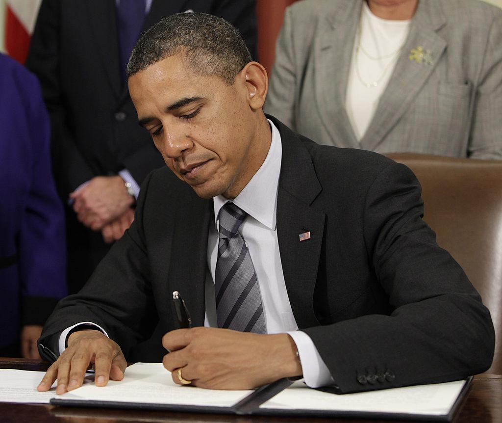 """Tổng thống Obama đã tuyên bố: """"Tôi có một cây bút và tôi có một cái điện thoại!"""", hàm ý ông không cần Quốc hội và sử dụng quyền lực hành pháp của mình để giải quyết các vấn đề """"sa lầy"""" tại Quốc hội."""