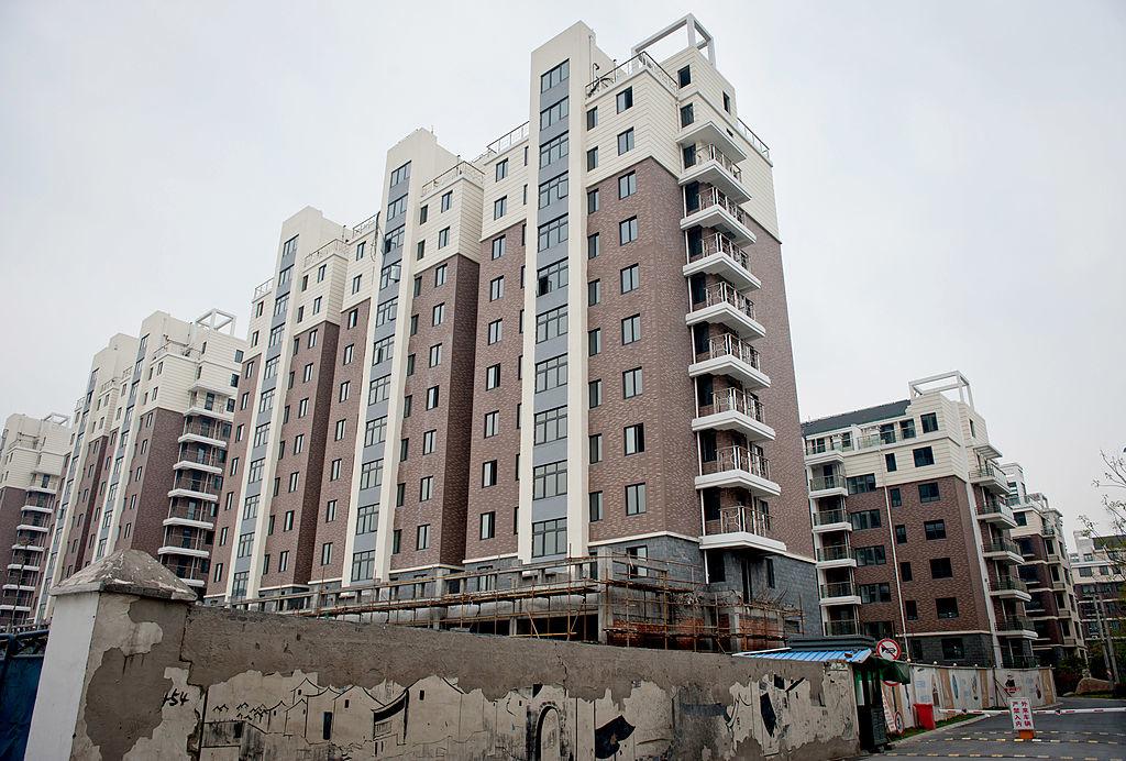 Việc chi tiêu nhiều hơn cho các dự án cơ sở hạ tầng - với hàng trăm thành phố, đô thị ma trên khắp cả nước - bong bóng bất động sản phình to đã dẫn đến Trung Quốc ngập trong nợ nần.(Getty)