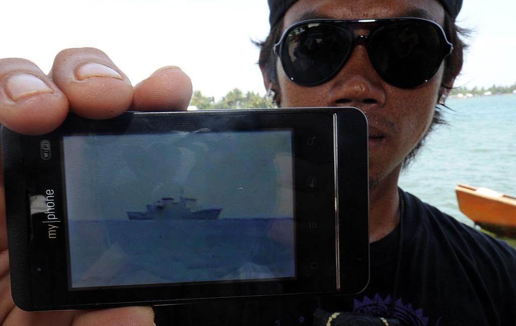 Một ngư dân người Philippines chụp một bức ảnh cho thấy tàu của Trung Quốc trong khu vực bãi cạn Scarborough vào năm 2012.