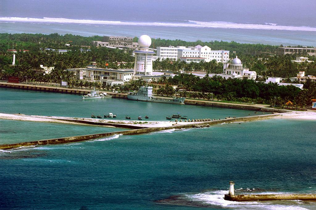 Tình huống phức tạp trên biển Đông bắt nguồn từ sự xử lý yếu đuối và bạc nhược của chính quyền tiền nhiệm Obama, đã hà hơi tiếp sức cho Trung Quốc ồ ạt xâm lấn. Ảnh: Thành phố Tam Sa trên một hòn đảo thuộc chuỗi quần đảo Hoàng Sa, nơi mà Trung Quốc tuyên bố là một phần của đảo Hải Nam vào năm 2012.