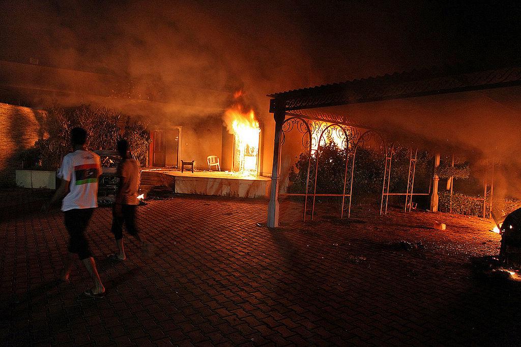 Khu phức hợp bị phóng hỏa và khói đã xâm nhập phòng Trú ẩn an toàn buộc đặc vụ DSS phải đưa đại sứ Stevens và Smith đến một lối thoát ở bên trong phòng.