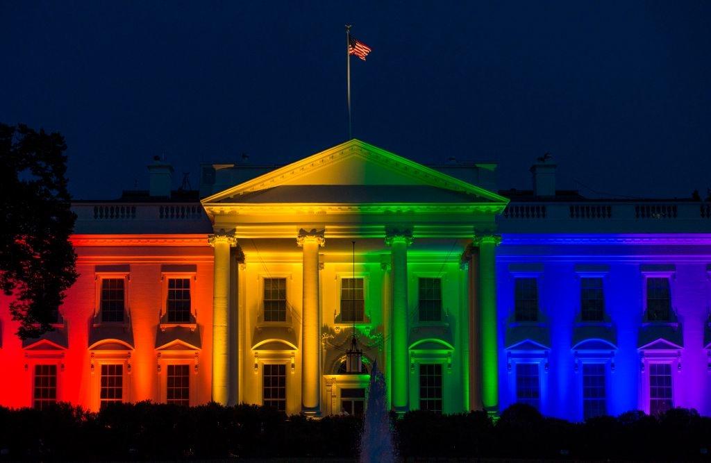 Với sự ủng hộ tích cực của Obama, Mỹ trở thành một trong những quốc gia đầu tiên đưa ra luật pháp bảo vệ quyền lợi cho hôn nhân đồng tính, đồng thời cho phép người đồng tính tham gia vào quân đội. Ảnh: Nhà Trắng thể hiện sự ủng hộ với người đồng giới tại Washington vào ngày 26/06/2015. (Nguồn: Getty)