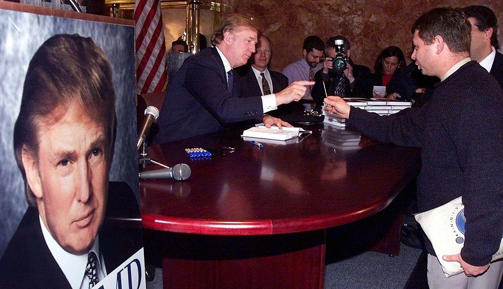 """Donald Trump ra mắt cuốn sách: """"Nước Mỹ mà chúng ta xứng đáng"""" vào tháng 01/2000, ở New York. Nội dung cuốn sách phác họa các chính sách đối nội và đối ngoại của ông. (Ảnh: Getty)"""