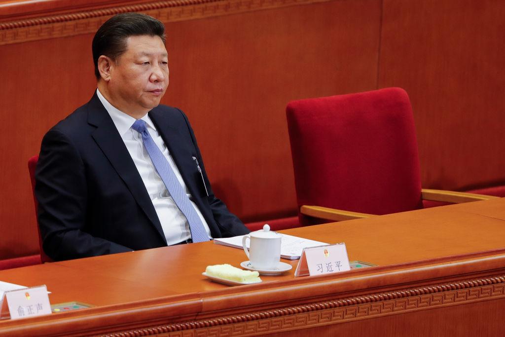 """""""Giấc mộng Trung Hoa"""" mà ông Tập Cận Bình khởi xướng đang trở nên xa vời hơn bao giờ hết. Giờ đây, Trung Quốc phải liên tiếp chống đỡ những đòn giáng mạnh vào nền kinh tế vốn đã bị suy yếu sau 3 năm thương chiến với Mỹ."""