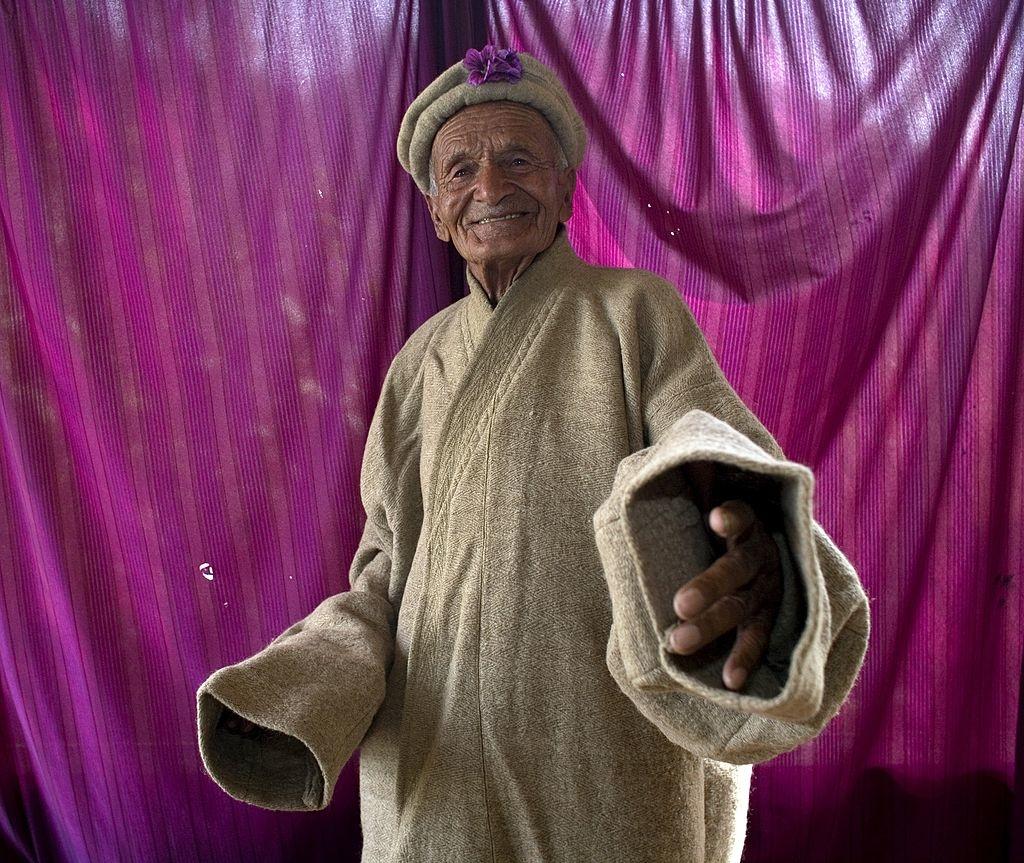 Cụ Mughal Khan, tròn 100 tuổi, đang khoe chiếc áo choàng len Hunza truyền thống, tại Altit, Thung lũng Hunza, Pakistan. Bức ảnh được chụp vào tháng 07/2007. (Nguồn: Getty)