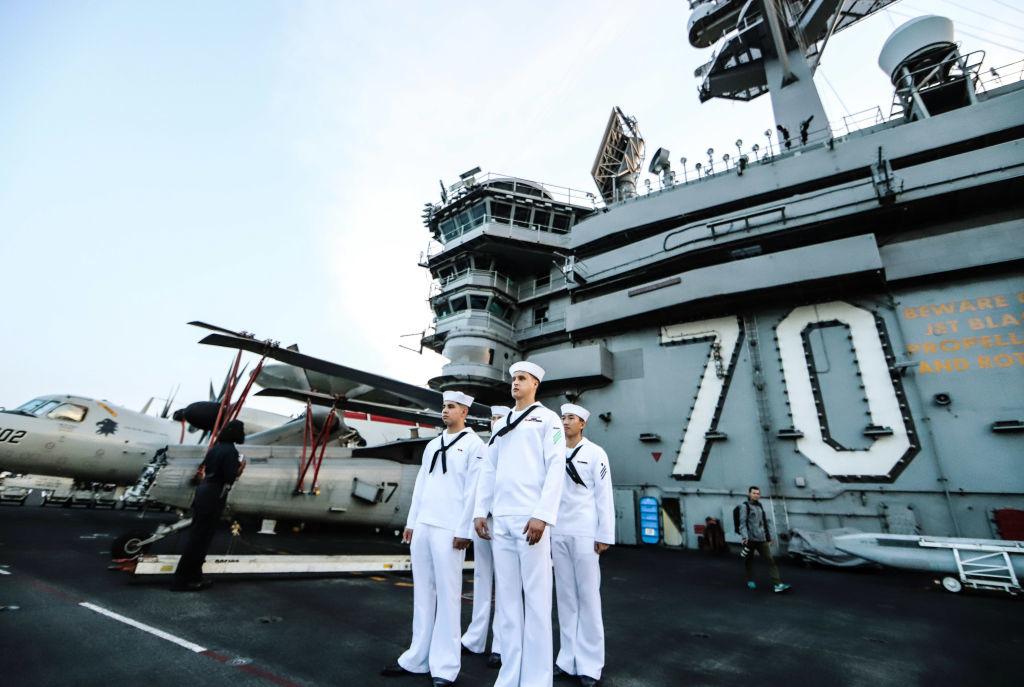 Trong khi bà Ngoại trưởng Mỹ loan rộng chiến lược Xoay trục sang châu Á, thì ở Nhà Trắng, Tổng thống Obama lại cắt giảm quân và chi tiêu quốc phòng.