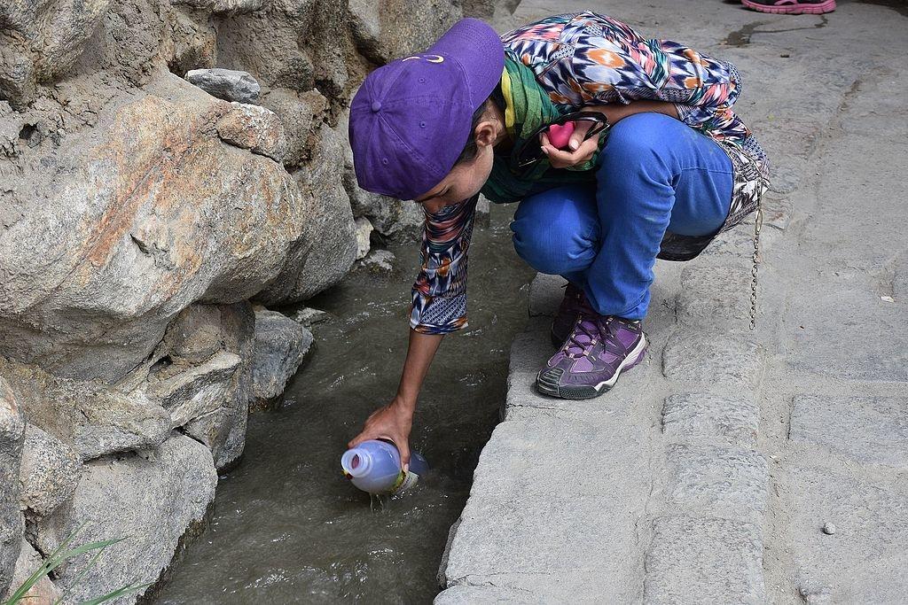 Đồ uống mà người Hunzas thường dùng là nước đá tan chảy từ những dòng sông băng, nguồn nước này thông thường cũng là nguồn nước mà họ dùng để trồng trọt các loại cây trái.
