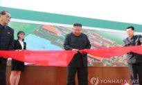 Hình ảnh Kim Jong Un tái xuất, cắt băng khánh thành nhà máy