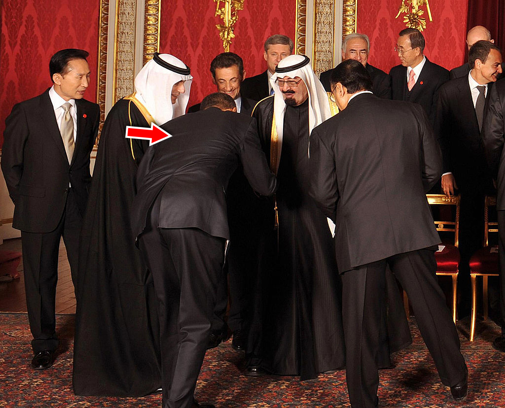 """Khoảnh khắc ông Obama cúi chào trước Quốc vương Salman bin Abdulaziz Al Saud trong chuyến thăm Arab Saudi vào năm 2009, đã bị chỉ trích là """"hành động không nên có của một vị tổng thống Hoa Kỳ"""" đối với các quốc gia Hồi giáo. (Nguồn: Getty)"""