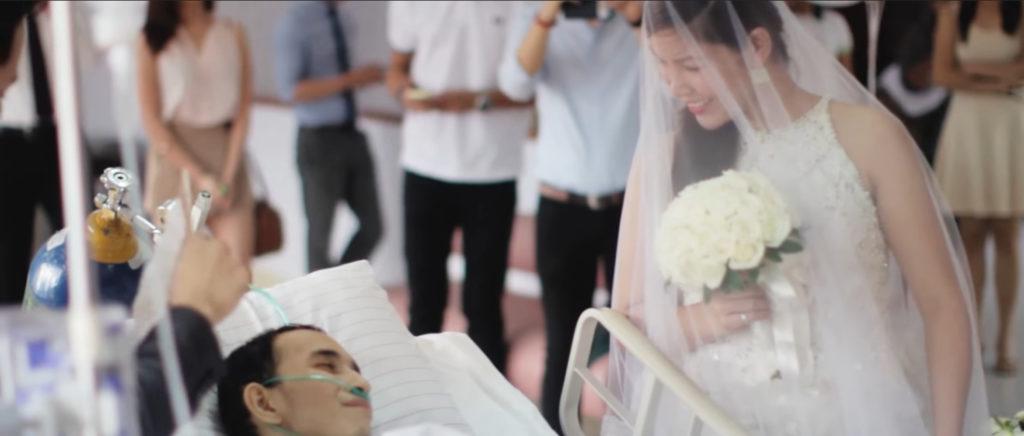 Khi cô dâu cầm bó hoa tươi thắm lặng lẽ đi đến bên giường bệnh, đó cũng là lúc điều ước cuối cùng của Rowden thành hiện thực.