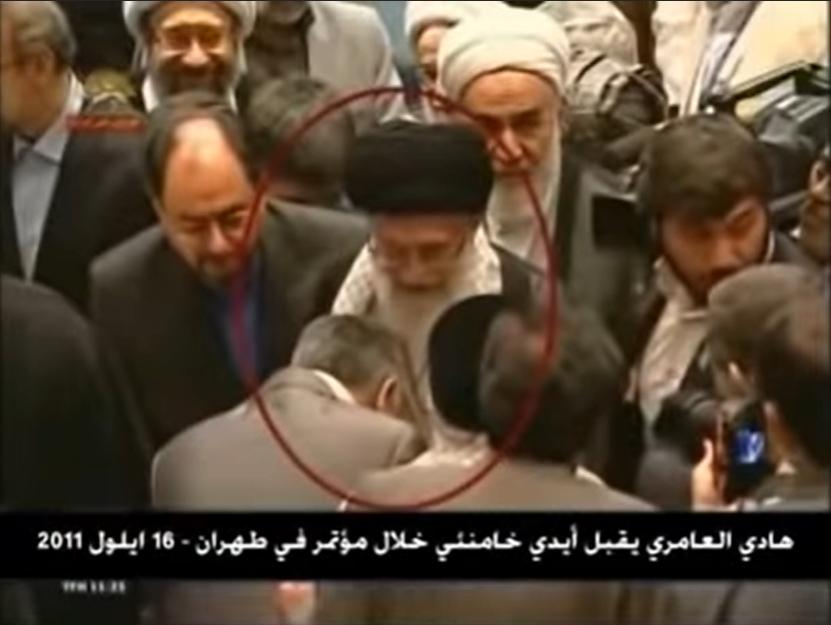 Hadi al-Amiri bị bắt gặp cúi đầu trước Lãnh tụ tối cao của Cộng hòa Hồi giáo Iran Ayatollah Ali Khamenei. (Ảnh chụp video)