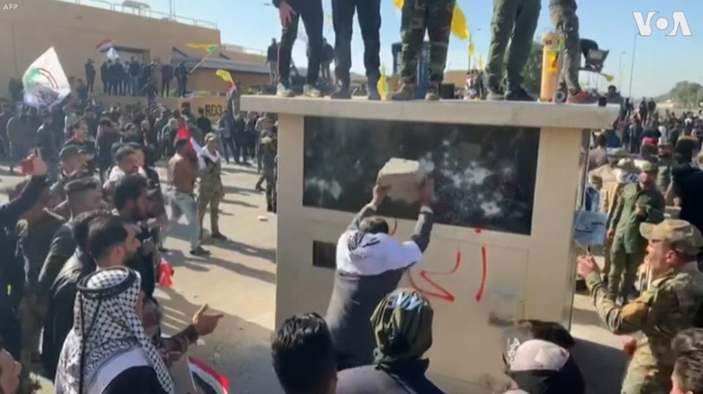 Tất cả các sự kiện trên đều bắt nguồn từ vụ tấn công Đại sứ quán Mỹ tại Iraq vào đêm 31/12/2019. (Ảnh chụp video)