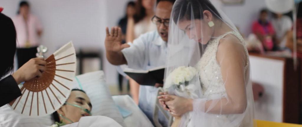 """Đám cưới ngày hôm đó giống như một câu chuyện cổ tích đau buồn. """"Chúng tôi không thể đưa anh ra khỏi bệnh viện, vì thế chúng tôi đã mang cả nhà thờ đến cho anh""""."""