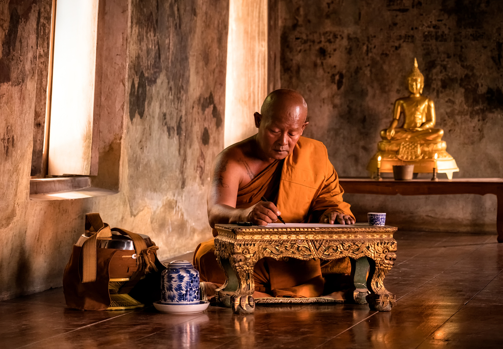 Cũng kể từ đó tăng nhân họ Lữ kia hàng ngày ở trong phòng thiền chuyên tâm tụng kinh niệm Phật, thành tâm sám hối sai lầm của mình.