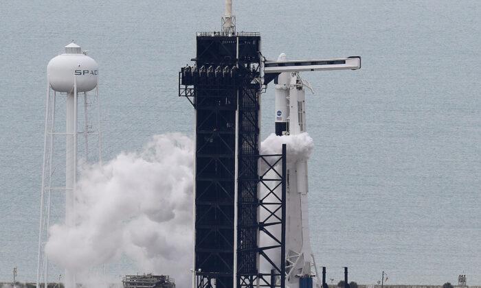 NASA dừng vụ phóng tên lửa lịch sử vào phút chót