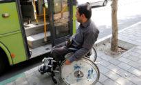 Thấy hành khách rẻ rúng người tàn tật, tài xế xe buýt đáp trả đầy xúc động