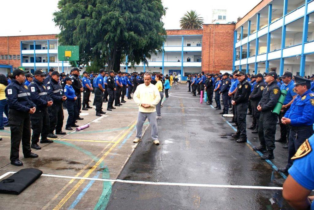 Học viên Pháp Luân Công đang hướng dẫn các cảnh sát ở Mexico luyện các bài công pháp.