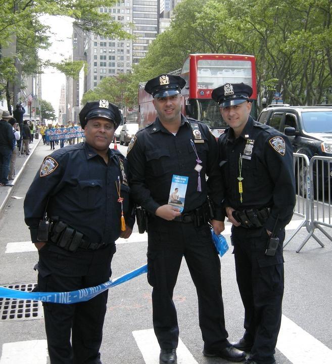 Cảnh sát New York, Mỹ đang cầm một tờ rơi giới thiệu Pháp Luân Công.