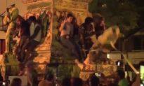 Đi kéo các bức tượng, người biểu tình Mỹ bị tượng đổ đè trúng đầu