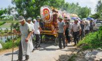 Vì sao trong tang lễ của người Việt: con trai phải đội mũ mấn vành rơm, con gái phải có khăn xô che mặt?