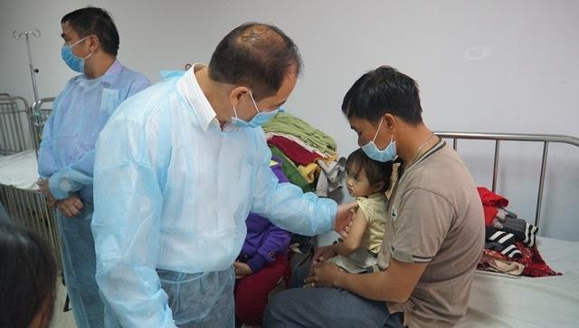 Cục trưởng Cục y tế Dự phòng Trần Đắc Phu thăm bệnh nhân dương tính bệnh bạch hầu đang điều trị cách ly tại Bệnh viện Đa khoa vùng Tây Nguyên. (Ảnh: daklak.gov.vn)