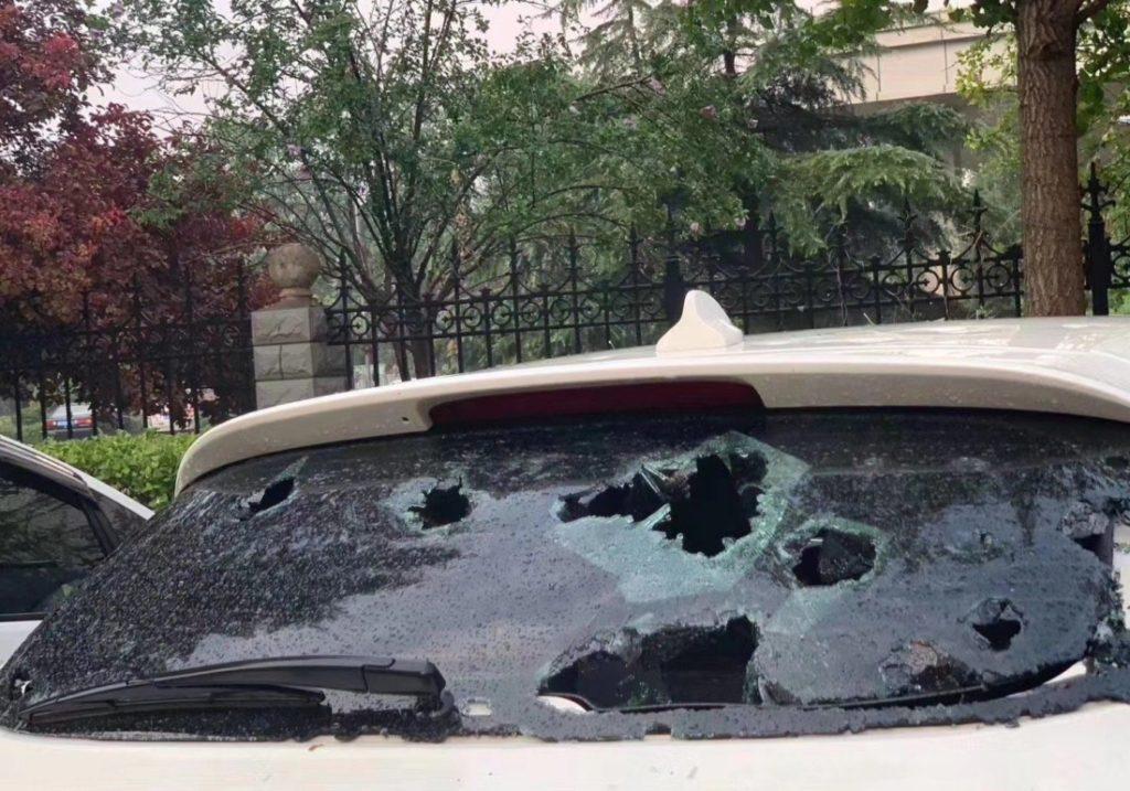 Cửa sổ của nhiều chiếc xe bị đập vỡ.