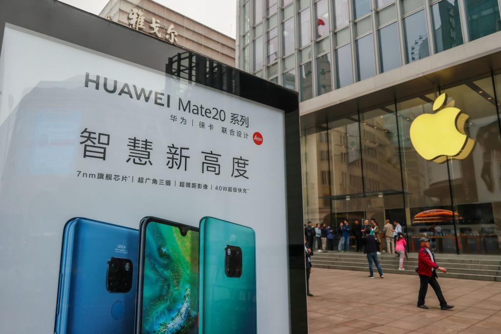 Doanh nghiệp Trung Quốc thông báo: Nhân viên mua Apple sẽ bị phạt, mua Huawei sẽ được thưởng