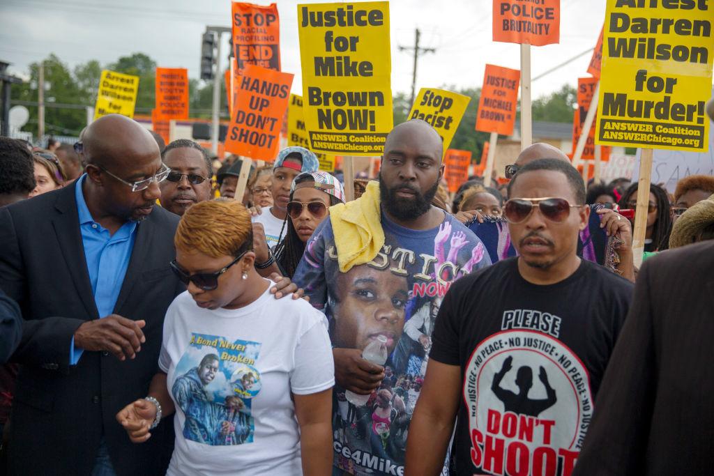 """Michael Brown đã xung đột với cảnh sát, tranh giành vũ khí dẫn đến viên sĩ quan buộc phải nổ súng tự vệ. Tuy nhiên, cả 2 sự cố nổ súng tự vệ bị đẩy lên thành """"biểu tượng"""" của sự phân biệt chủng tộc và cố tình khắc hoạ nên hình ảnh cảnh sát tàn bạo và phân biệt chủng tộc ở Mỹ."""