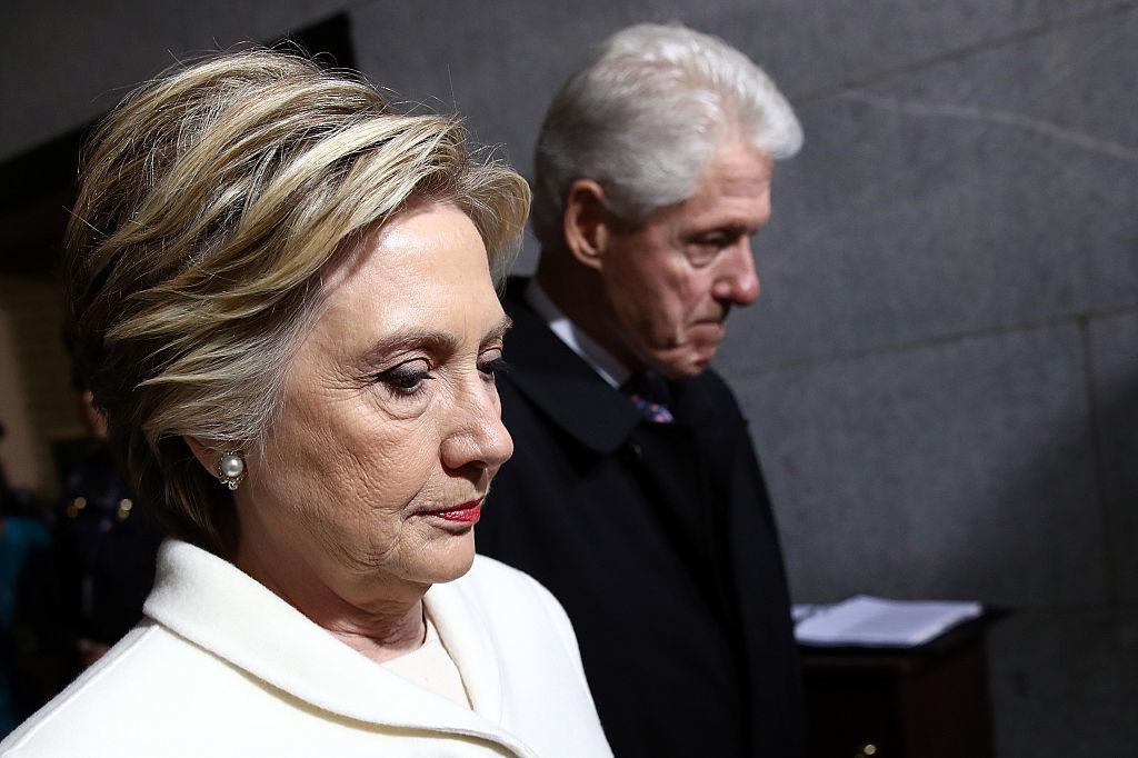 Vợ chồng Clinton bán thuốc chữa HIV - AIDS giá rẻ pha loãng cho chín triệu người châu Phi, kiếm được món lời rất lớn và đẩy nhanh đau khổ và cái chết cho những người mà họ lừa bịp.