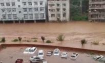 Đường quốc lộ sụt lún, nhà bị cuốn trôi, Trùng Khánh đối diện trận lũ lụt lớn nhất trong 80 năm qua