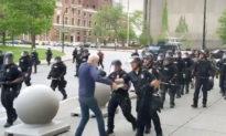 Tổng thống Trump nghi cảnh sát bị gài bẫy trong vụ đẩy ngã người biểu tình