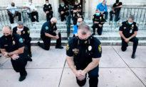 Quỳ gối, ôm người biểu tình, các sĩ quan cảnh sát cấp cao của New York đã dùng lòng tốt để giải quyết hận thù