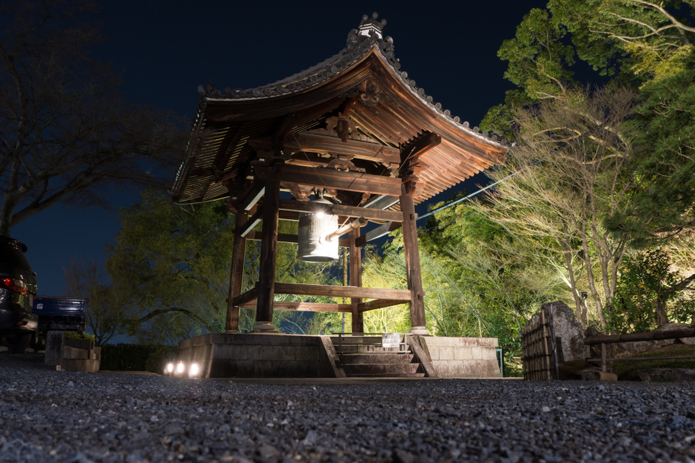 Nội trong đêm nay các ngươi phải lấy bằng được chiếc chuông lớn treo ở chùa Hàn Sơn đem về đây cho ta.