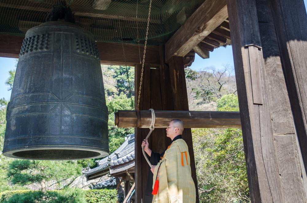 Thế rồi ít lâu sau, quan Tri phủ Tống Văn đích thân bỏ tiền ra cho đúc một quả chuông lớn, nặng hơn hai tấn, chạm khắc vô cùng tinh xảo đem dâng tặng lên chùa Hàn Sơn.