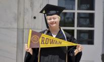 Kỳ tích: Người phụ nữ bệnh down tốt nghiệp đại học ở New Jersey với điểm số xuất sắc