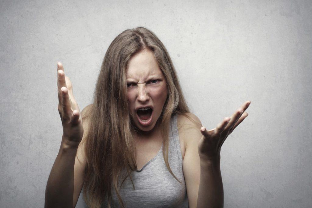 Khi tức giận, lượng lớn huyết dịch sẽ chảy vào phần mặt, khi đó lượng dưỡng khí trong huyết dịch bị thiếu, độc tố tăng nhiều. Độc tố kích thích lỗ chân lông, dẫn đến bệnh tăng sắc tố da và viêm da.