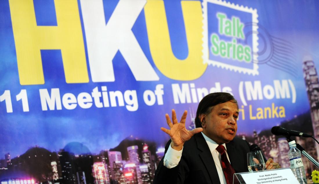 """Giáo sư Malik Peiris, nhà khoa học tại Đại học Hồng Kông, giảng bài công khai tại Colombo 8/1/2011 về """"Đối mặt với mối đe dọa của các bệnh nhiễm trùng mới nổi"""". Giáo sư Peiris sinh ra ở Sri Lanka đã đạt theo học chuyên ngành y khoa tại trường đại học ở Anh trước khi nhận vị trí tại Hong Kong vào năm 1995 và phát hiện ra nguyên nhân của virus SARS năm 2003. (Ảnh của Ishara S.KODIKARA / AFP qua Getty Images)"""