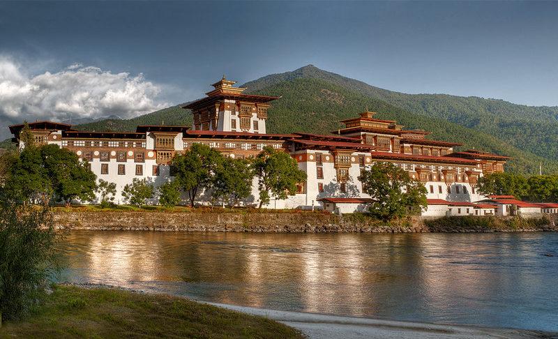 Bhutan không có nhiều thành phố hay thắng cảnh du lịch. Nơi đây vẫn còn rất hoang sơ với 76% diện tích rừng bao phủ. Do đó, khách du lịch tứ phương đến Bhutan sẽ cảm nhận được không khí trong lành, văn hóa đậm chất bản xứ nhờ được bảo tồn và giữ gìn cẩn thận.