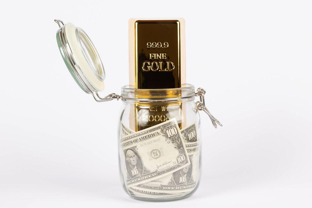 """Mặc dù bị """"giam lỏng"""", vàng vẫn được coi là một thứ tài sản quý với sức hấp dẫn mãnh liệt. Chỉ cần có chút biến động trong xã hội là người ta lập tức đổ xô đi mua vàng. (Nguồn ảnh: Getty Images)"""