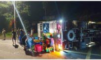 Xe tải chở tôm bị lật trên đường, người dân Đồng Nai giúp tài xế thu gom