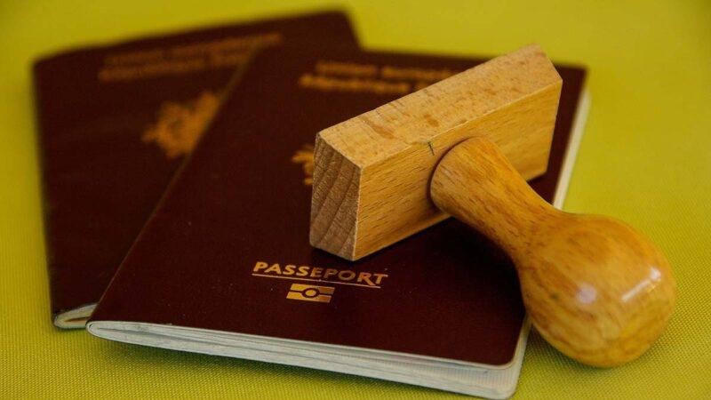 Vũ Hán ra lệnh thu giữ hộ chiếu của tất cả công nhân viên chức