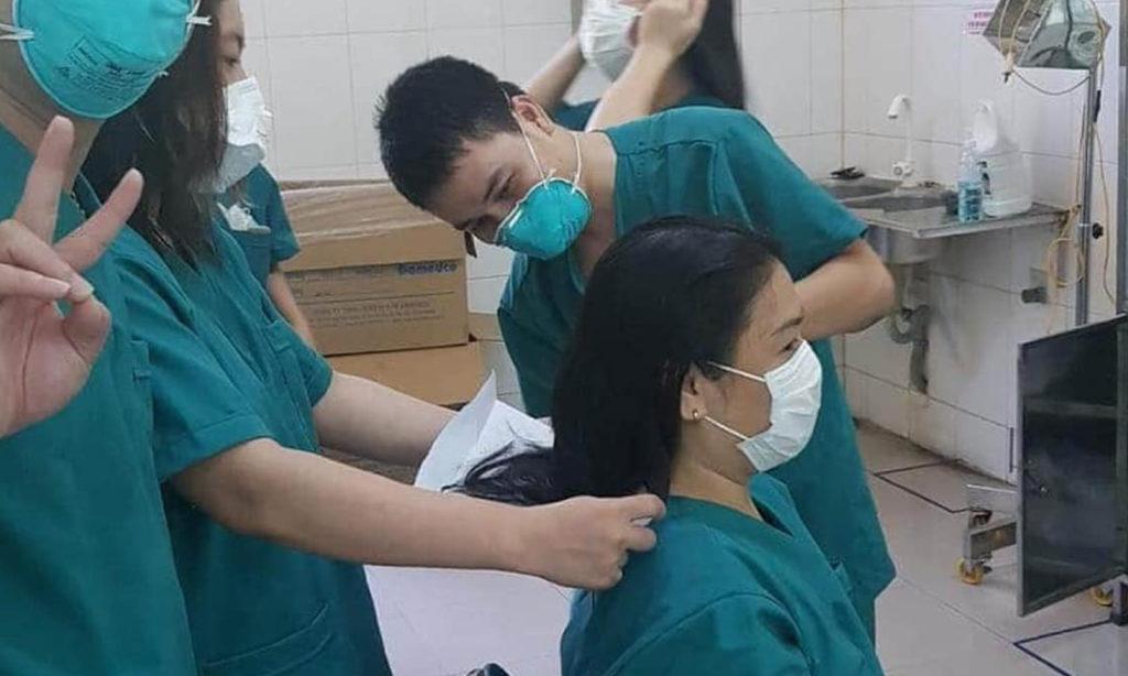 Nghẹn ngào cảnh nữ bác sĩ hi sinh mái tóc, dành toàn tâm lên tuyến đầu chống dịch