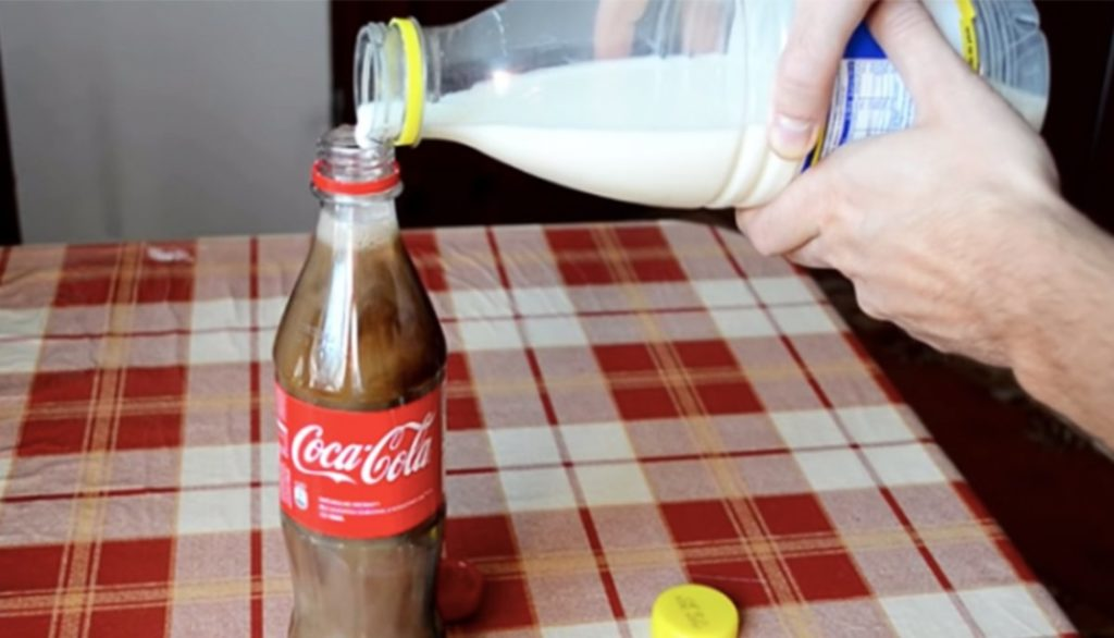 Thí nghiệm nhỏ: Trộn sữa với Coca?