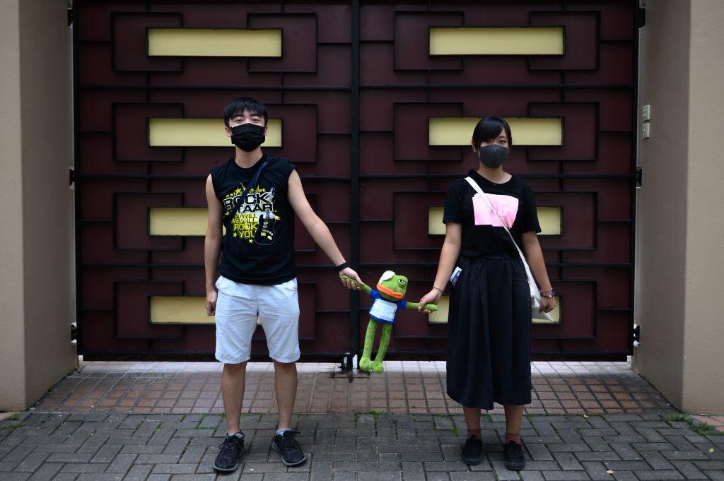 Tại Hồng Kông, nghi thức giữa nam và nữ cũng rất được chú trọng. Trong cuộc biểu tình chống Dự luật Dẫn độ của người dân Hồng Kông, có thể nhìn thấy nhiều cảnh tượng như vậy.
