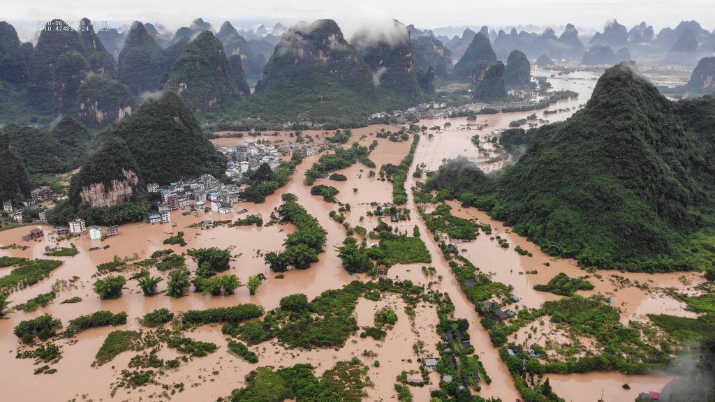 Nước lũ bao quanh một ngôi làng ở tỉnh Quảng Tây, Trung Quốc vào tháng 6.